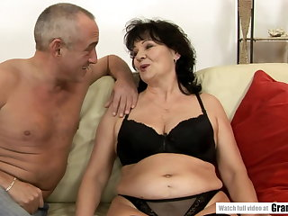 Gaping Seasoned GILF offers her ass for our pleasure